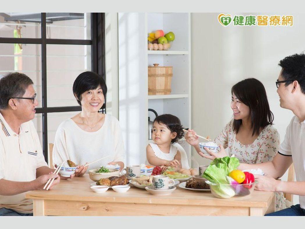 美國研究發現,家庭聚餐時,專心吃飯、吃自家煮的食物,有助降低肥胖風險。