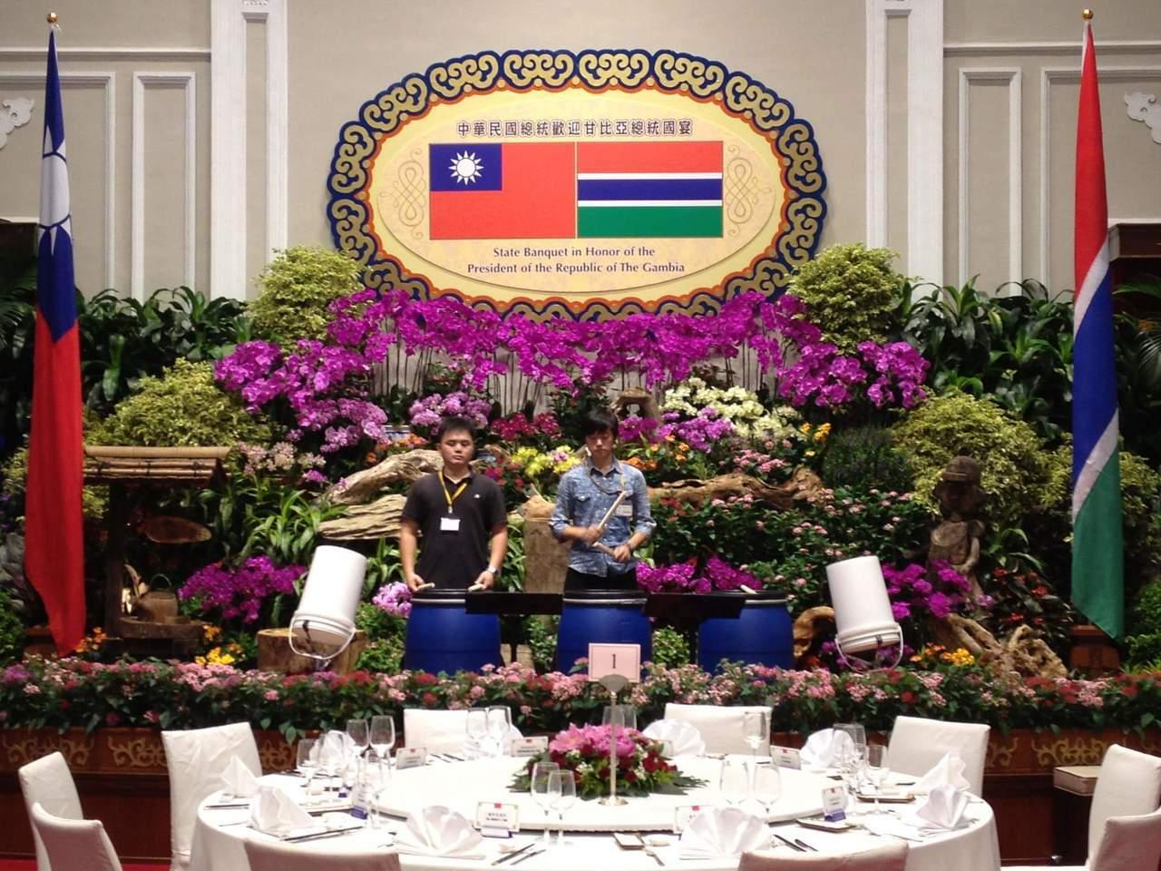 藉著音樂赴西非等地文化交流,也曾於甘比亞總統來台國宴中演出。 章瑋倫提供