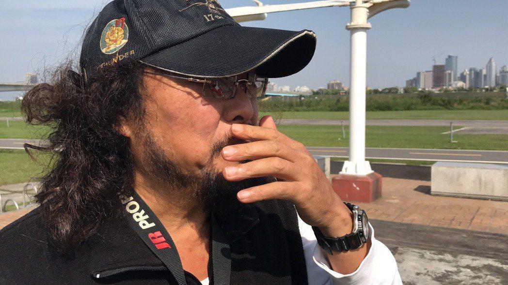 張菲27日在新莊河濱公園玩模型機時聽到豬哥亮病危,心中無限感慨。記者葉君遠/攝影