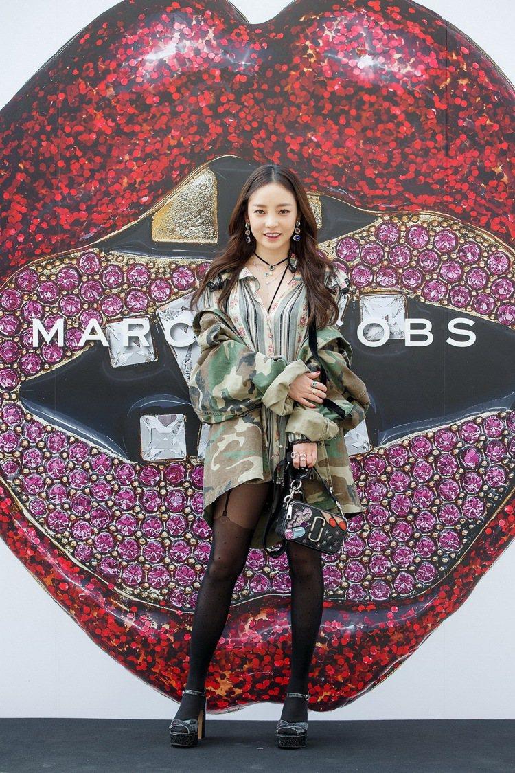 韓國女歌手具荷拉以復古條紋印花洋裝搭配迷彩oversize外套亮麗現身。圖/Ma...