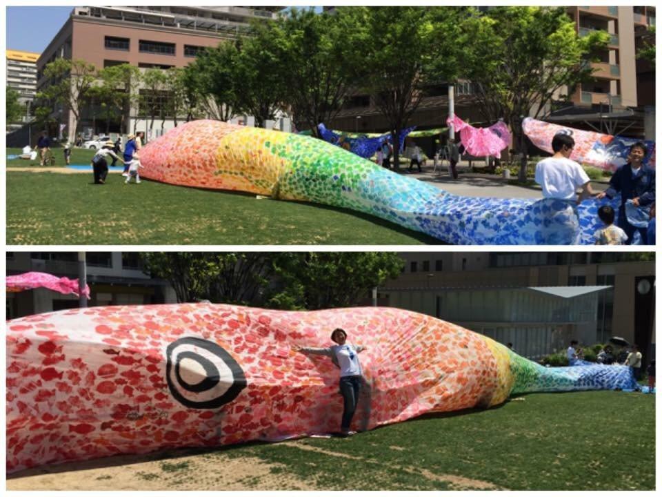 上午宜蘭縣頭城鎮舉辦兒童節歡慶活動,邀請小朋友逐一進入巨無霸「鯉魚旗」的大口,穿...