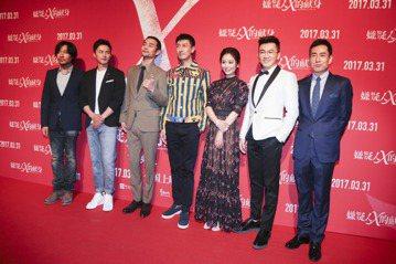蘇有朋執導的第二部電影「嫌疑人X的獻身」昨天(27日)在北京舉行首映,眾星走紅毯時,竟然出現一位意想不到的特別來賓。原來是曾經與蘇有朋在2003年版電視劇「倚天屠龍記」中合作過的女星高圓圓,她一現身...