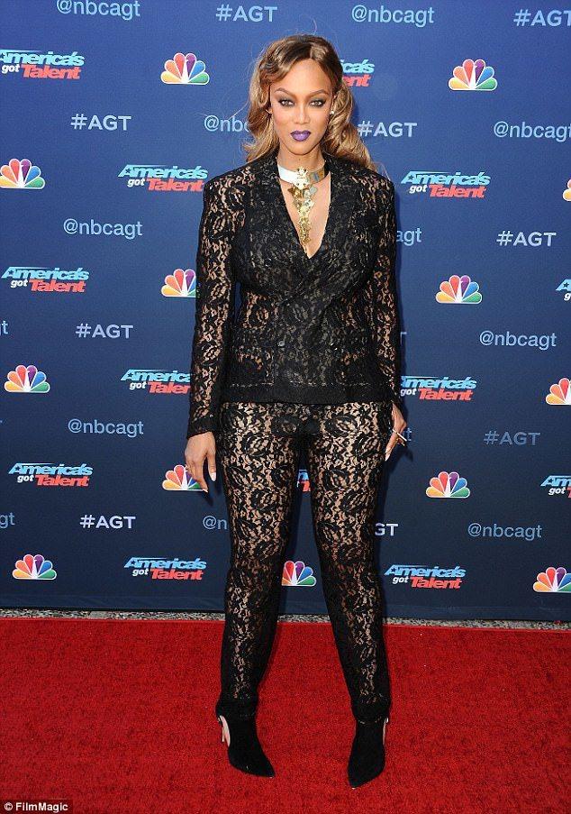 泰拉班克絲大方穿上黑色蕾絲連身褲裝,透膚的大膽穿法讓她一現身就成了全場焦點。圖/...