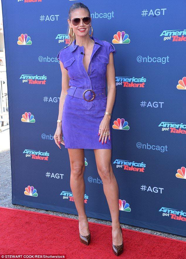 海蒂克隆身穿一襲淡紫色麂皮洋裝,搭配蛇紋高跟鞋,展現神祕性感的女人味。圖/摘自英...