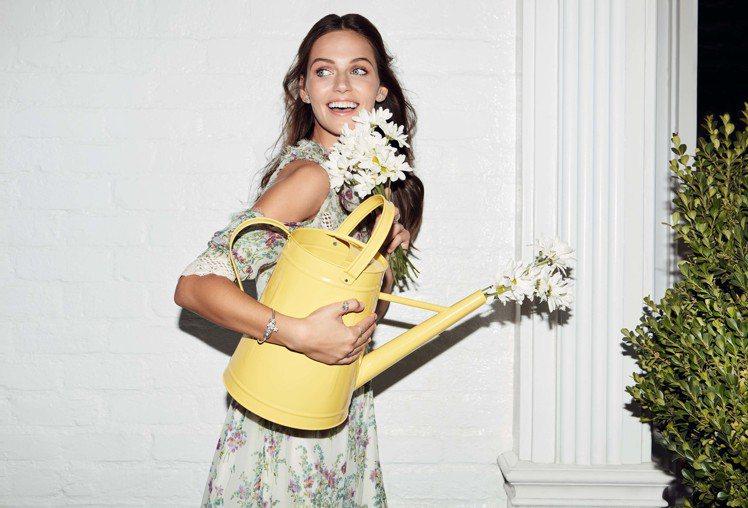 迎接春夏,以「百花齊放」作為設計靈感的飾品紛紛「盛開」。圖/PANDORA提供