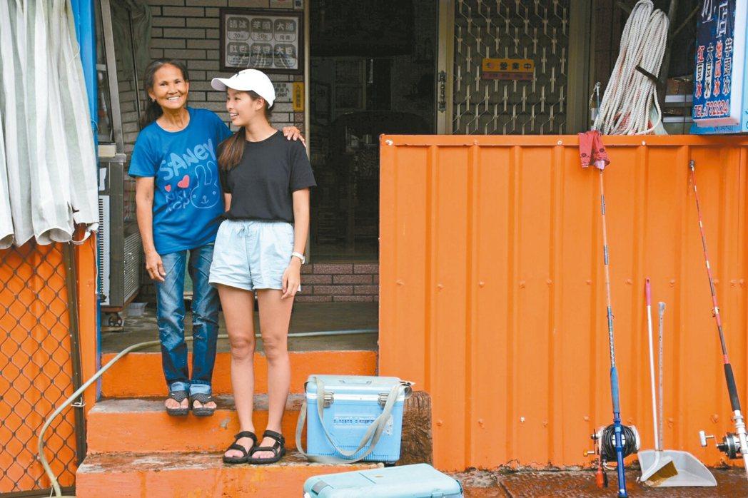 在蘭嶼,佳晶遇到從巴丹島嫁來的lita阿姨,兩人用菲律賓語聊天,關係就像家人。 ...