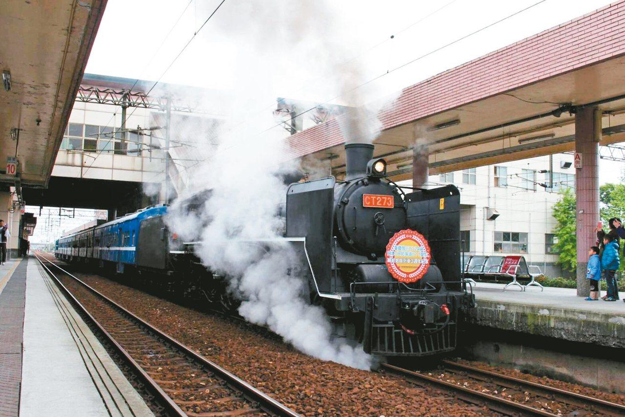 宜蘭縣政府今年綠博特別跟鐵路局商借蒸汽火車,4月20日將搭載300餘名旅客,駛入...