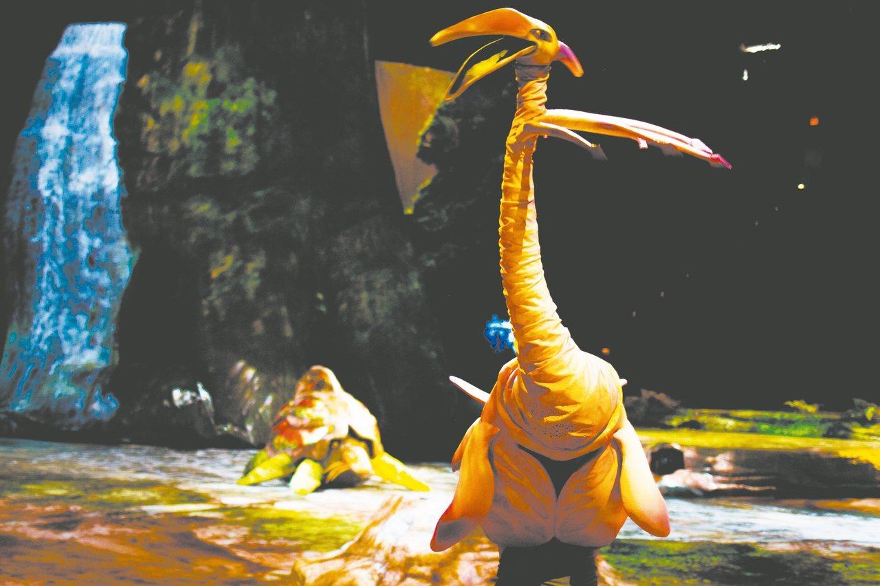 太陽馬戲《阿凡達前傳》中有精采的操偶術表現,圖為火龍鳥。 圖/聯合數位文創提供
