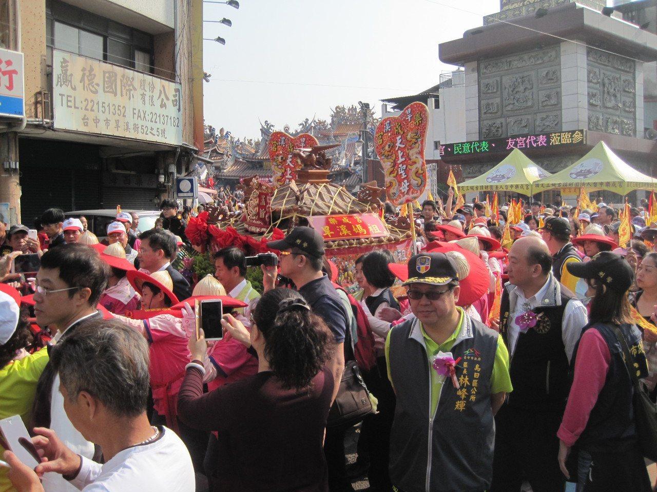 台中旱溪媽祖遶境,隊伍從廟前擠到大馬路。 記者游振昇/攝影