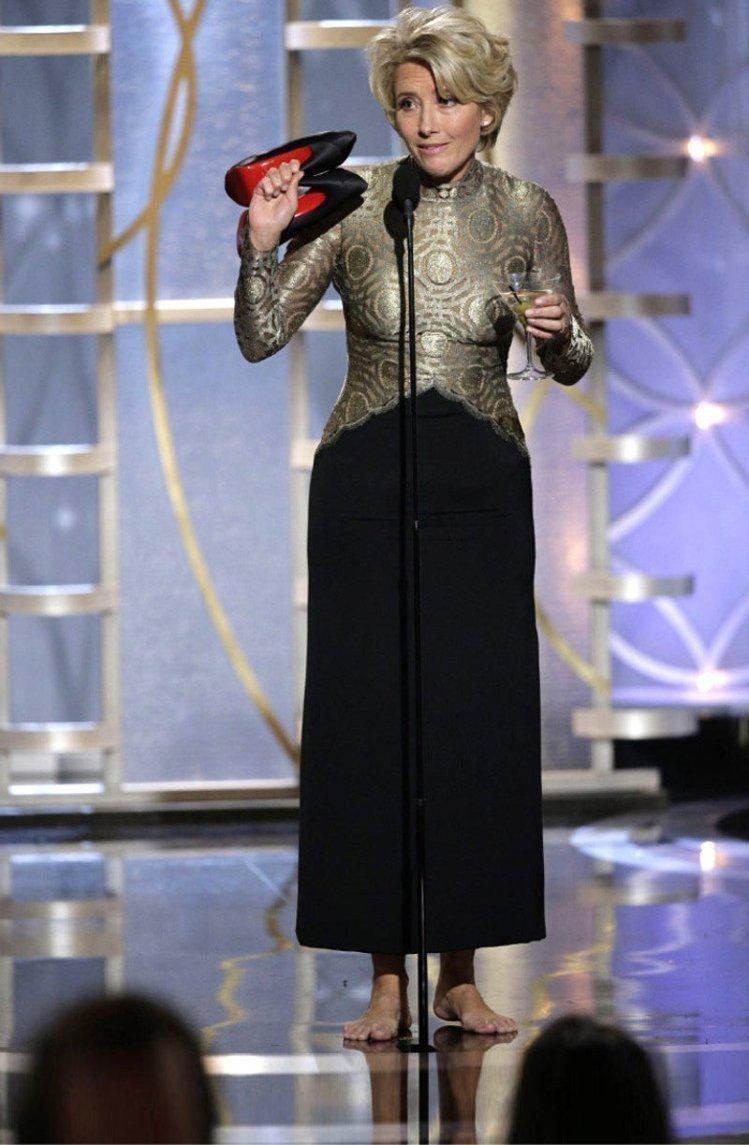 艾瑪湯普遜曾在金球獎的舞台上脫下高跟鞋。圖/擷取自thestar.com