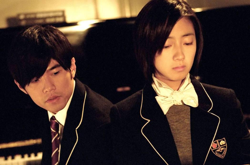 桂綸鎂(右)與周杰倫(左)在「不能說的秘密」飾演兩小無猜情侶。 圖/博偉提供