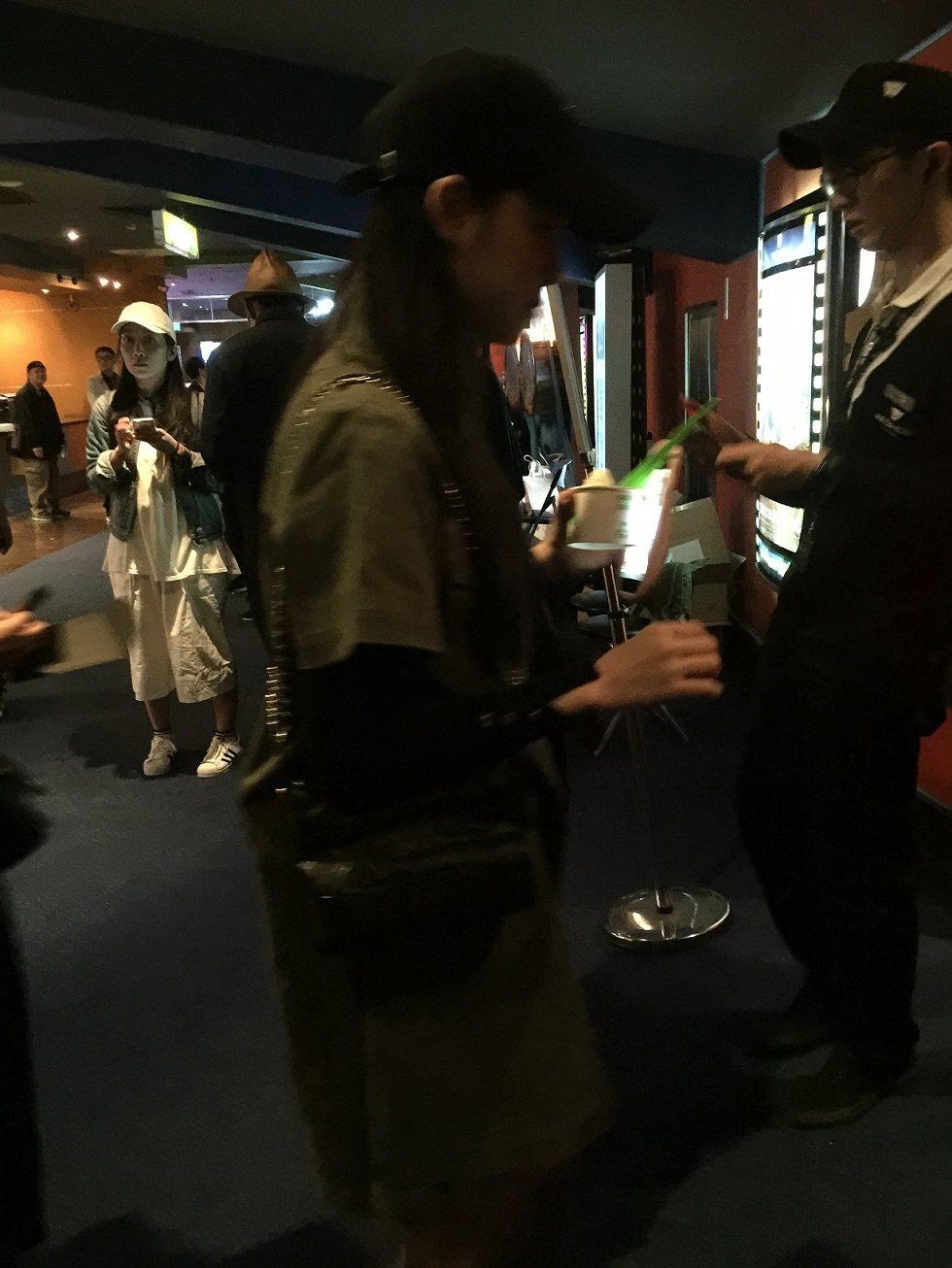 歐陽娜娜進場欣賞「目擊者」。 記者蘇詠智/攝影