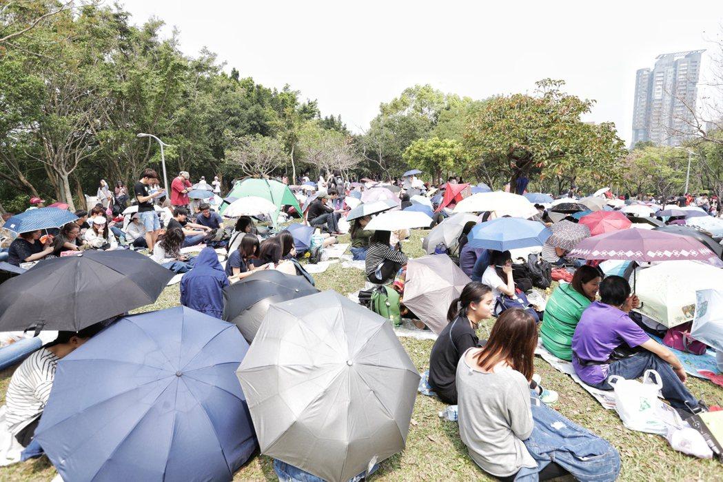 五月天樂團今天傍晚七點即將在大安森林公園開場,一早現場已經擠滿佔位人潮。記者程宜