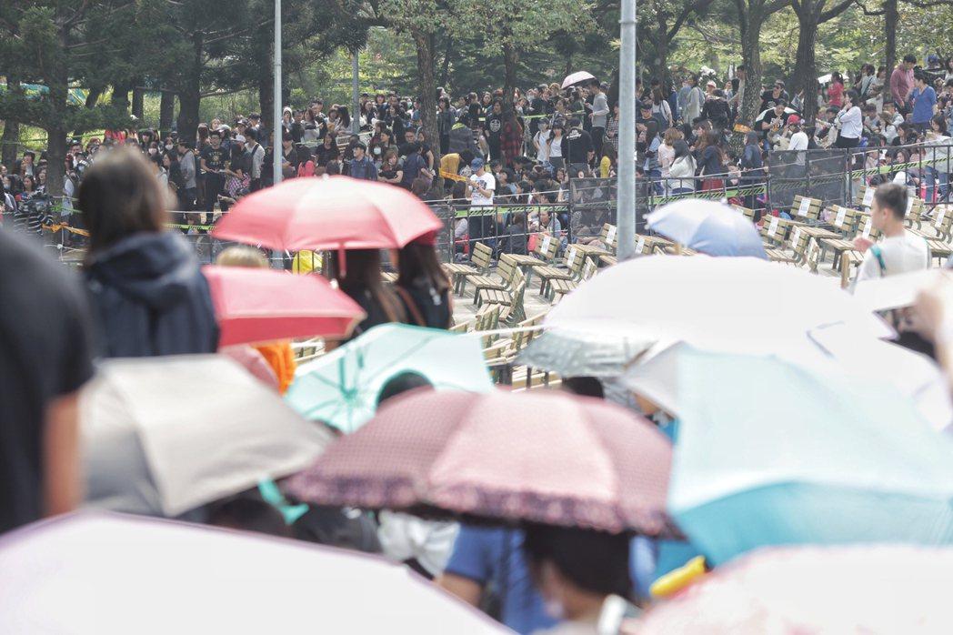 五月天樂團今天傍晚七點即將在大安森林公園開場,一早現場已經擠滿佔位人潮。記者程宜...