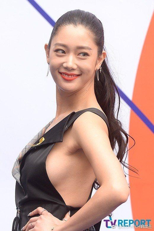 韓星Clara當天也參加服裝周,秀出性感S曲線。 圖/擷自weibo。