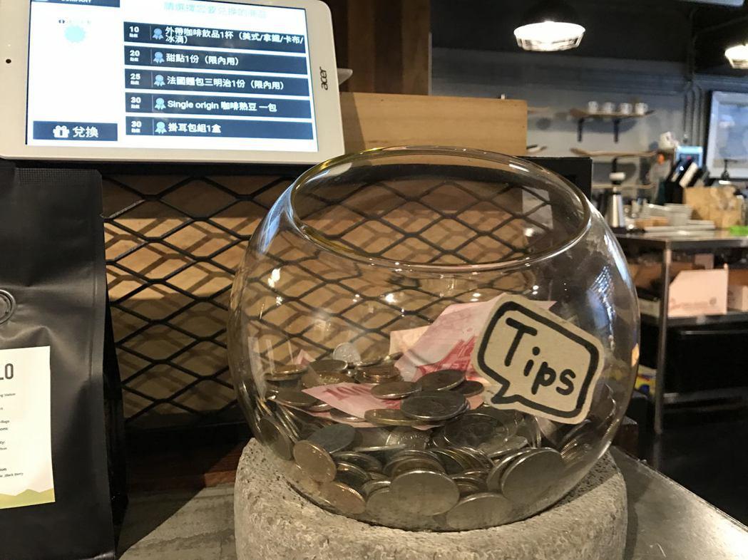台灣沒有給小費的文化,有些餐廳會在櫃檯放小費箱,立委則提案修法將服務費明定為工資...