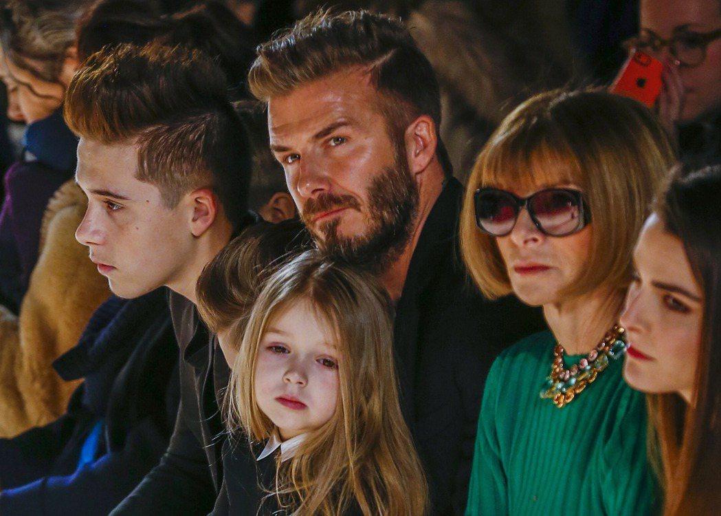 英國足球明星貝克漢(中)的女兒Harper(前)和兒子Brooklyn(左)。 ...