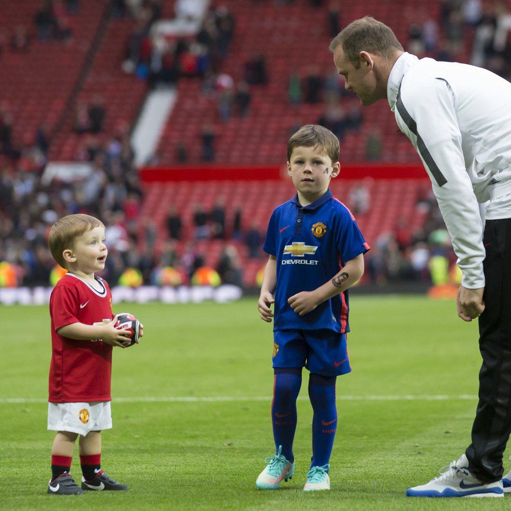英國足球明星魯尼(右)的兩個兒子Klay(左)和Kai(中)。 美聯社