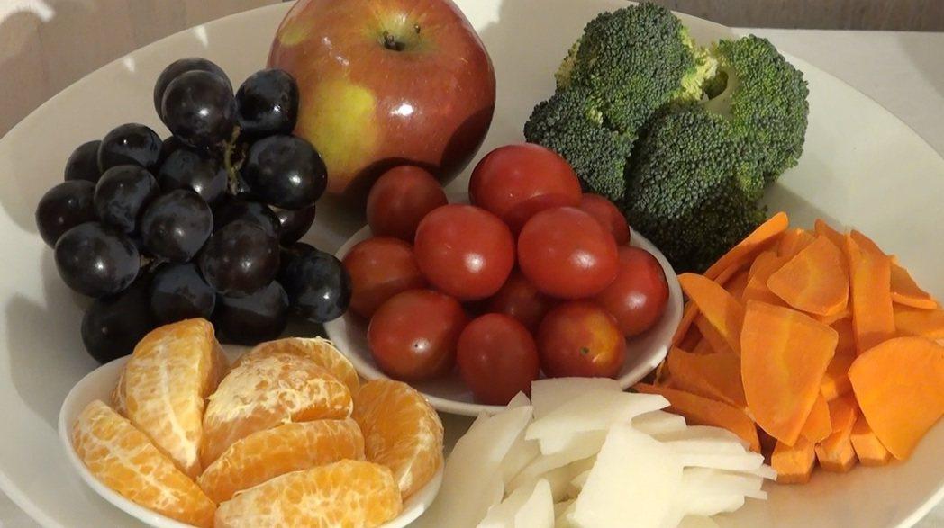 想改善精蟲品質,喝蜆精、吞生蠔,還不如多吃蘋果、蕃茄等水果。記李樹人者/攝影
