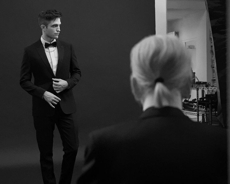 羅伯派汀森詮釋DIOR HOMME 2017秋季系列由老佛爺掌鏡。圖/取自品牌I...