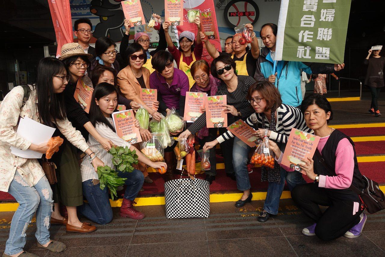 剩菜變「天菜」 十公民團體呼籲搶救世大運剩食。記者邱瓊玉/攝影