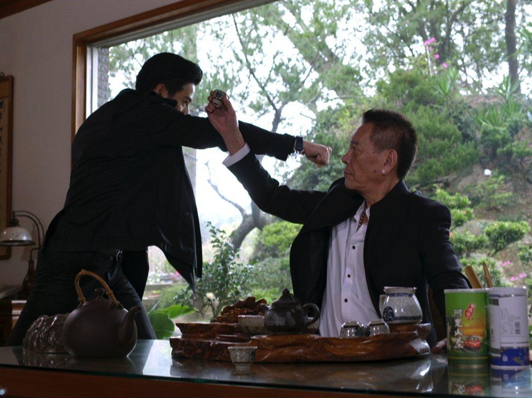周孝安對著影帝龍劭華(右)打臉。圖/三立提供