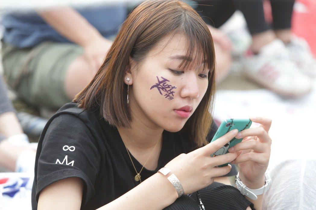 五月天樂團今天傍晚七點即將在大安森林公園開場,歌迷在現場苦苦等候。記者程宜華/攝