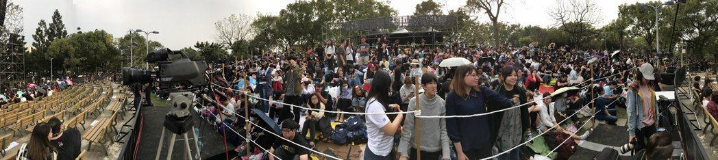 五月天樂團今天傍晚七點即將在大安森林公園開場,歌迷在現場苦苦等候。記者程宜華/攝...