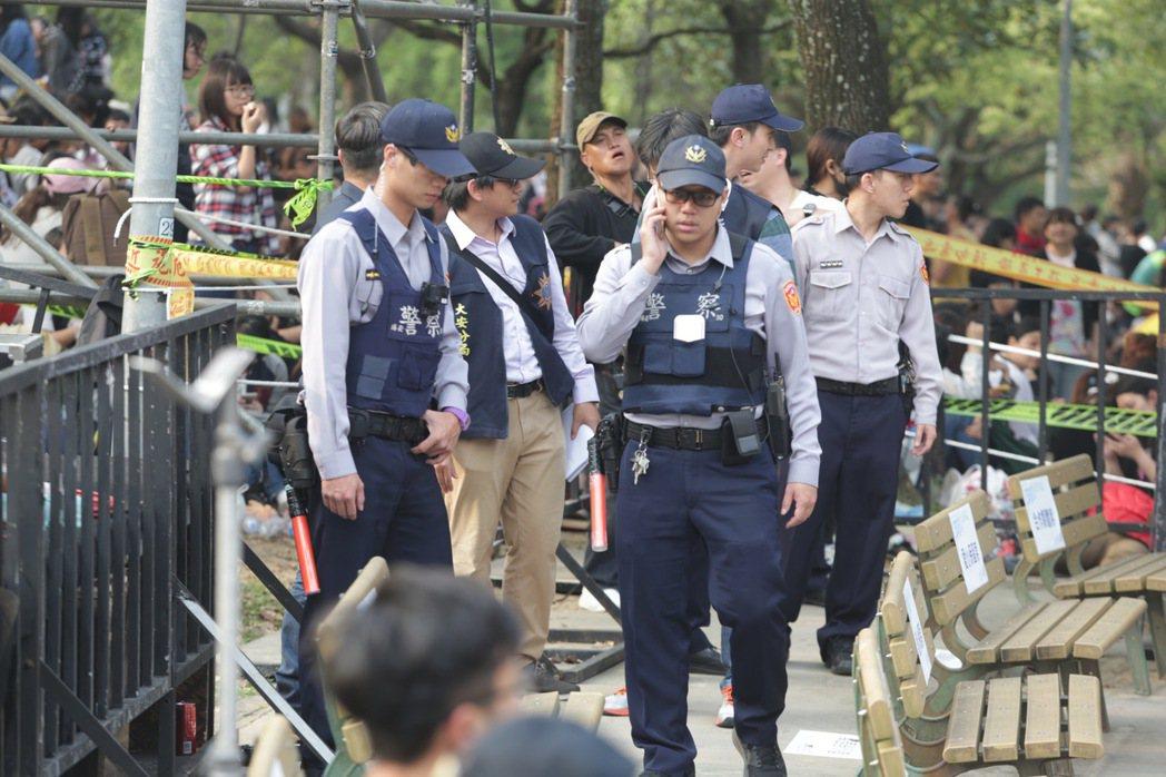 五月天樂團今天傍晚七點即將在大安森林公園開場,歌迷擠爆現場,警方出動人力管秩序。...