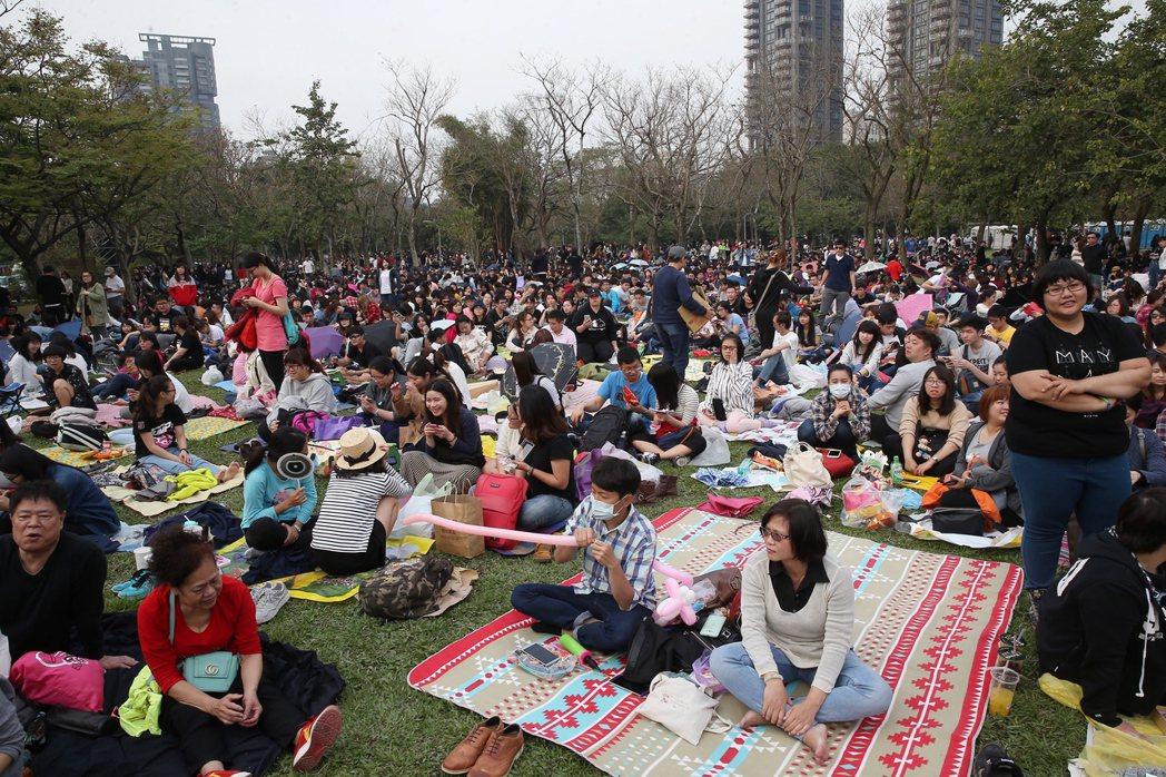五月天大安森林公園免費開唱,大批「五迷」擠爆會場。記者高彬原/攝影