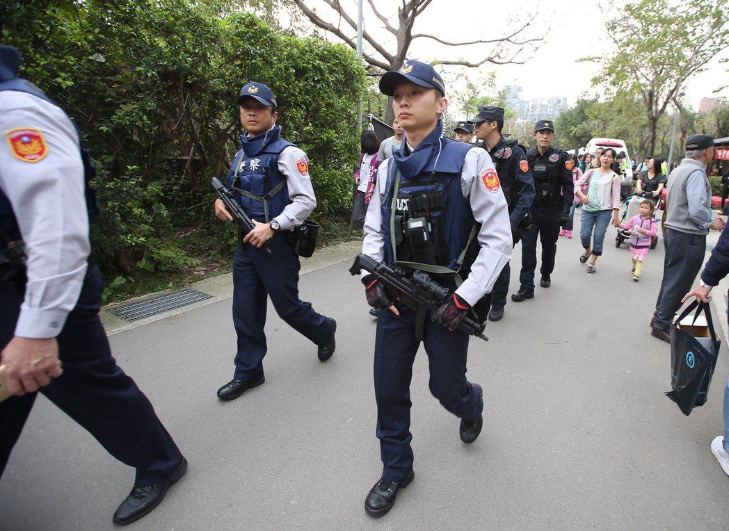 五月天大安森林公園免費開唱,警方現場持槍巡邏。記者高彬原/攝影