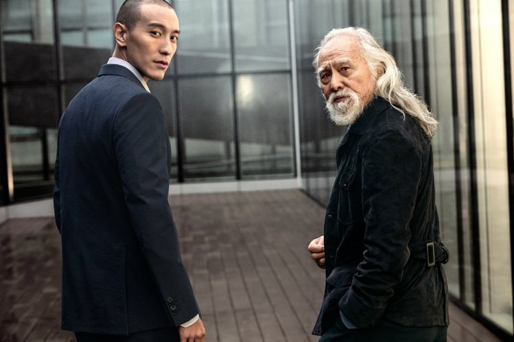 王德順(右)及王陽明(左)兩人漫步在米蘭街頭,談論對藝術及夢想的追求與挑戰。圖/...