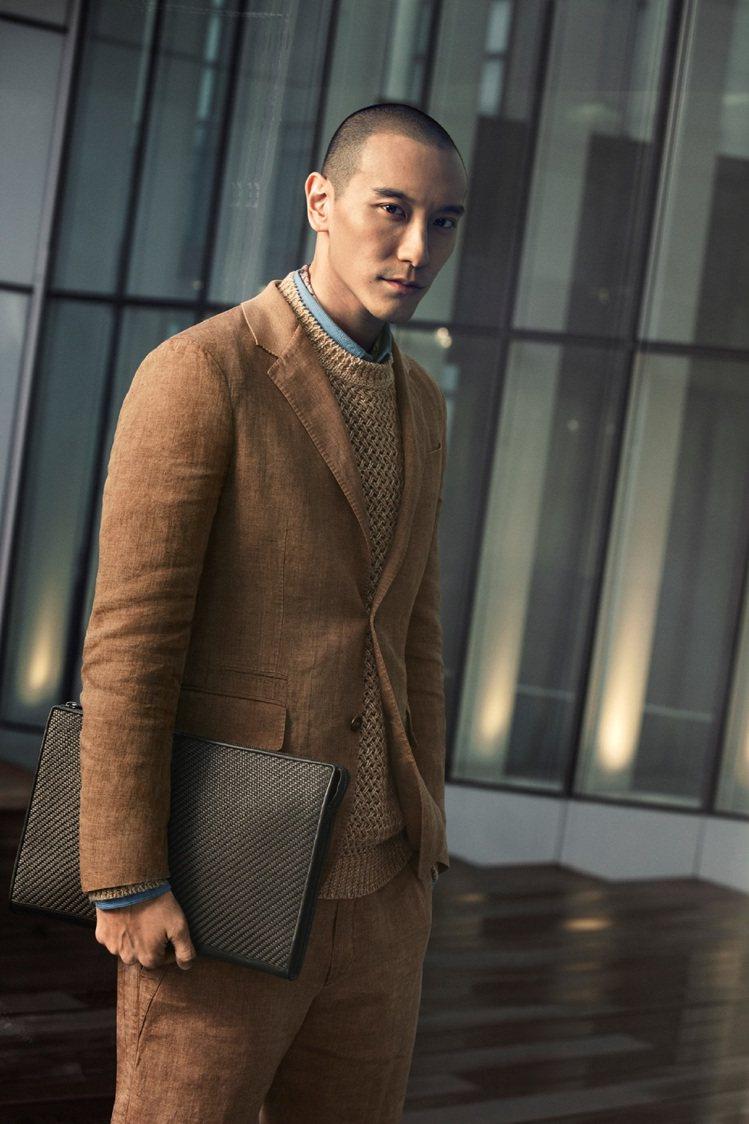 王陽明穿著Ermenegildo Zegna 2017春夏系列,展現瀟灑的紳士風...