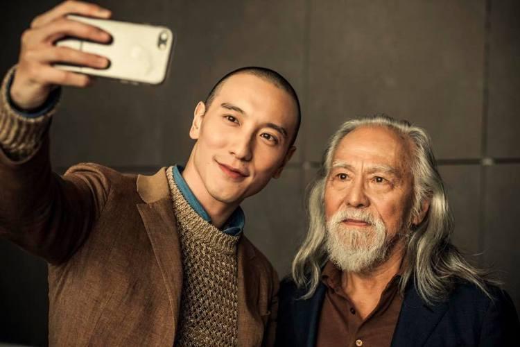 表演藝術家王德順(右)及演員王陽明(左)在拍攝「頓悟時刻」的幕後花絮。圖/摘自王...