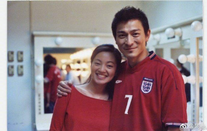 阿雅在微博曬出與劉德華的往日合照。圖/取自微博