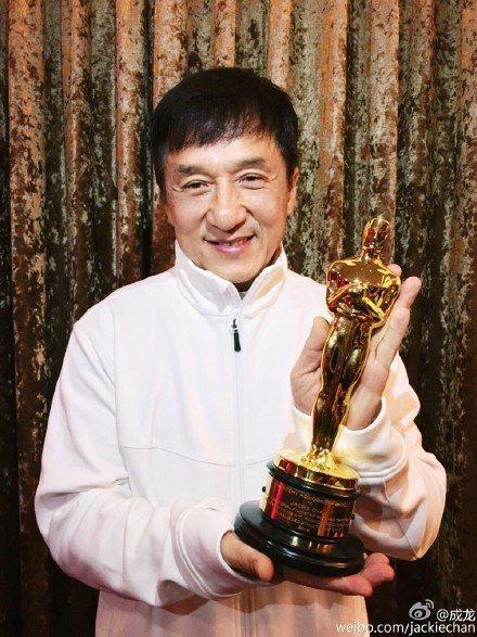 成龍在港開奧斯卡獲獎慶祝宴,避談「小龍女」話題。圖/摘自微博