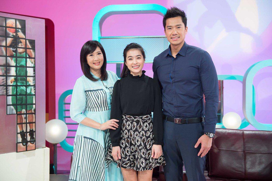 小嫻(中)和何守正(右)上「TVBS看板人物」。圖/TVBS提供