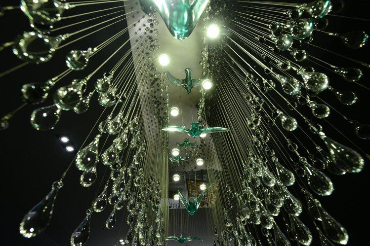 「飛躍‧山水」(吊燈)。圖/tittot琉園提供