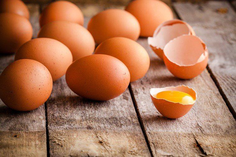 壯陽偏方生吞雞蛋可別信以為真,當心無效收場還可能感染沙門桿菌得不償失。示意圖/I...