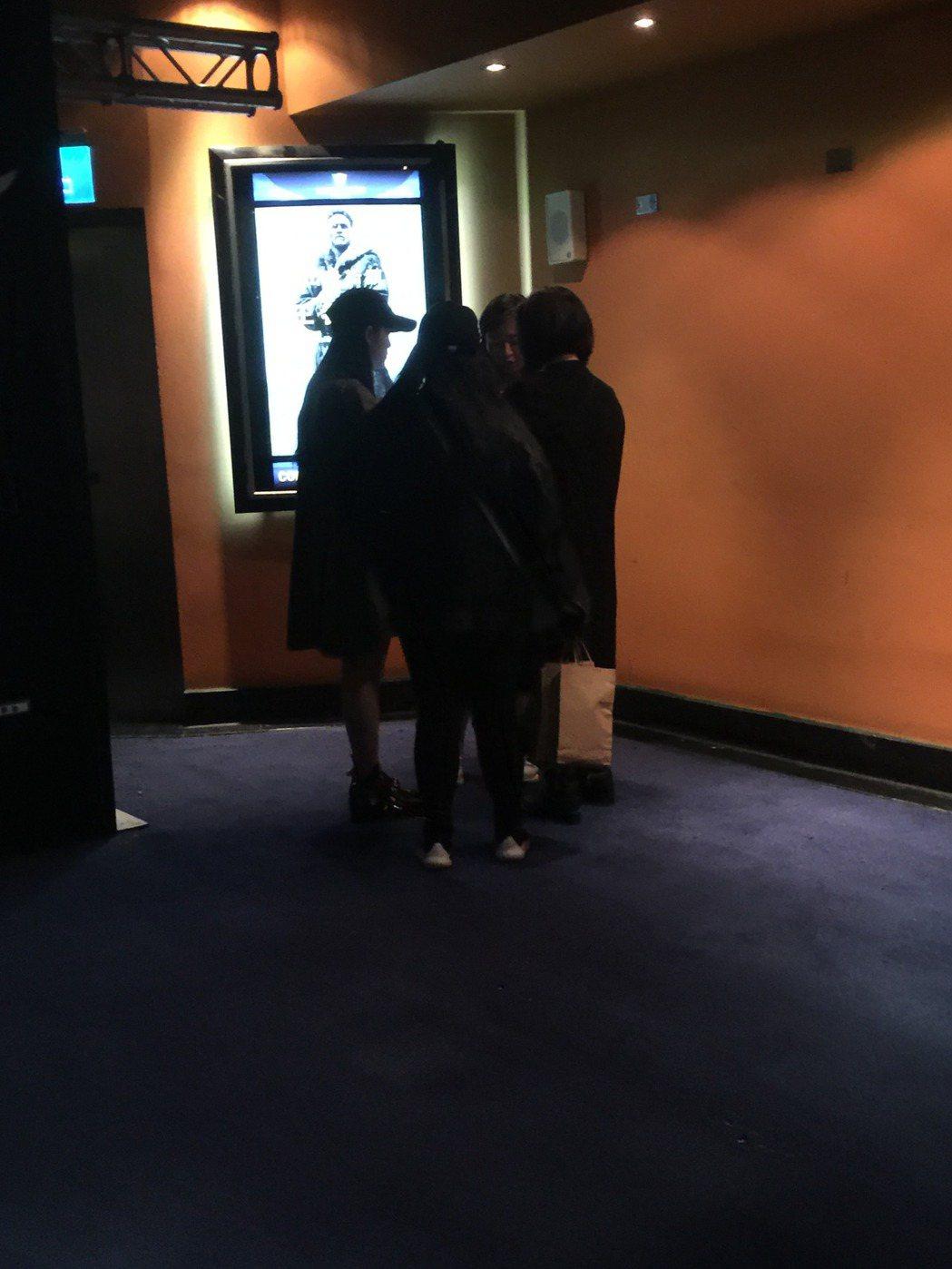 歐陽娜娜(左起)、表姊、傅娟走離影廳入口,暫不急入場。記者蘇詠智/攝影