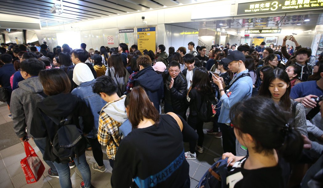 五月天演唱會散場,捷運站湧現人潮。記者高彬原/攝影