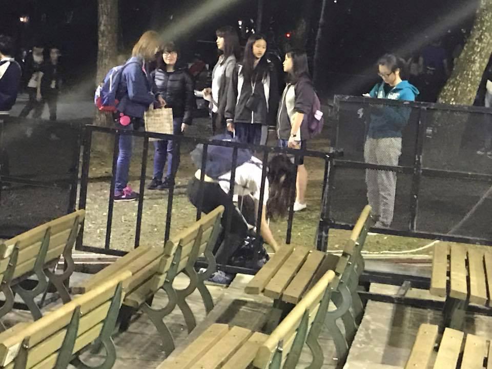 歌迷幫忙撿垃圾。記者梅衍儂/攝影