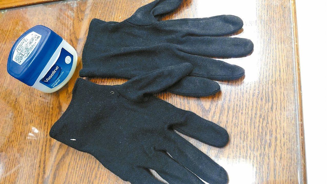 凡士林(見圖)是便宜大碗的保養小物,我每天沐浴後,在腳跟這種容易乾裂掉皮的部位,...
