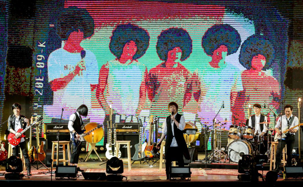 五月天樂團29日在大安森林公園開唱,歌迷擠爆現場。 聯合報系資料照片  記者程宜