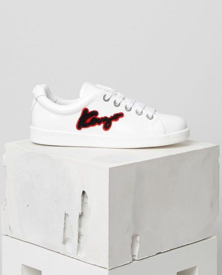 Kenzo選用紅色描邊的黑字將品牌名稱刺繡在鞋上。圖/摘自Kenzo官網