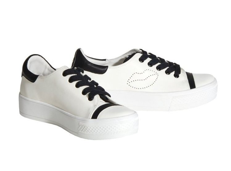 Alice+Olivia在白鞋上刺出唇型,並搭配黑色鞋帶等細節增添酷勁。8,90...