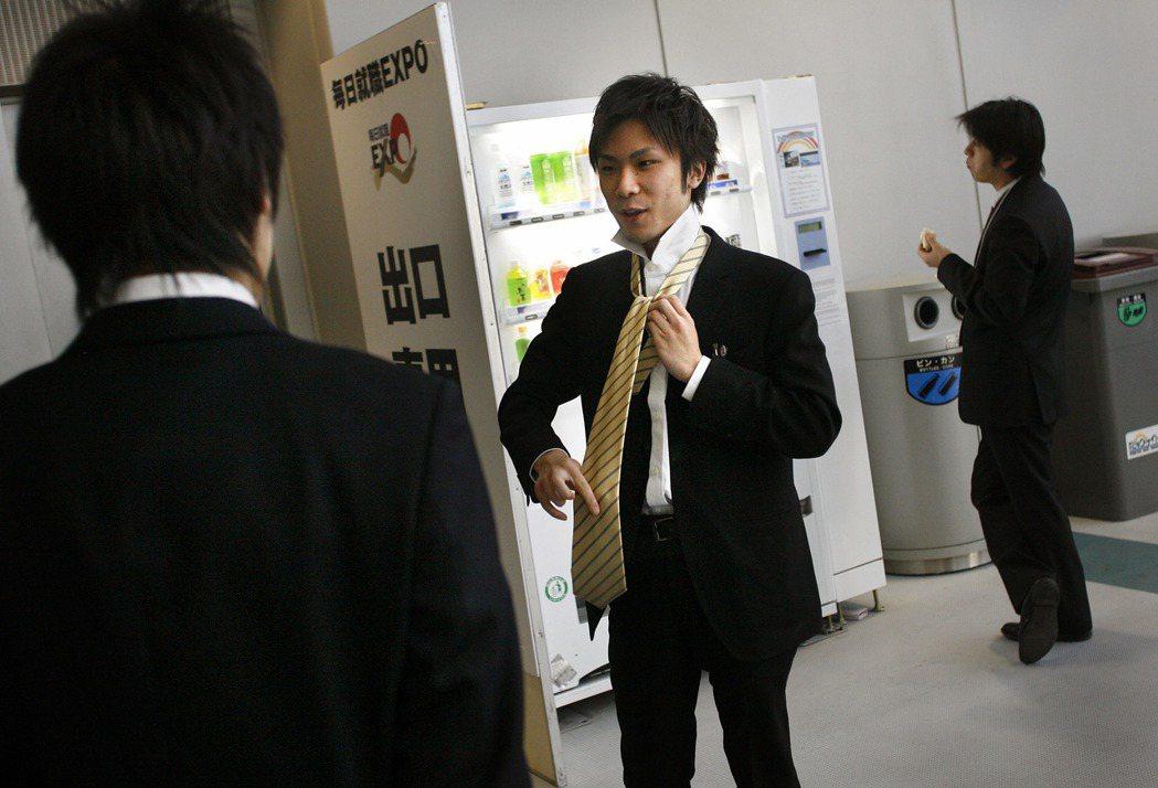 日本每年底到隔年初陸續舉辦以應屆畢業生為對象的大型就業博覽會。 (美聯社)