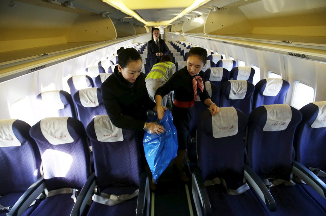 中國聯合航空的空服員正在整理機艙環境。 圖/路透資料照片