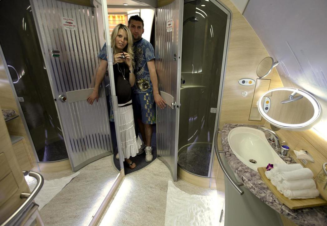 阿酋航空空巴A380的豪華林浴間。 圖/路透資料照片