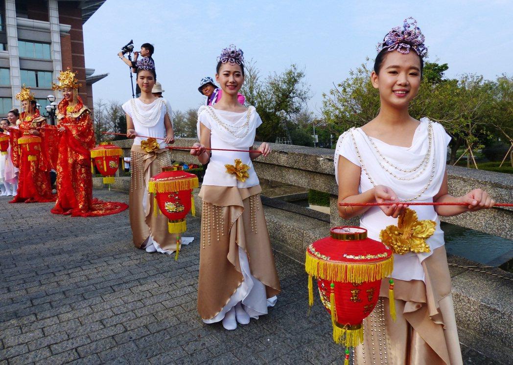 迎接大甲媽祖鑾轎,明道大學學生扮成九天玄女。 記者凌筠婷/攝影